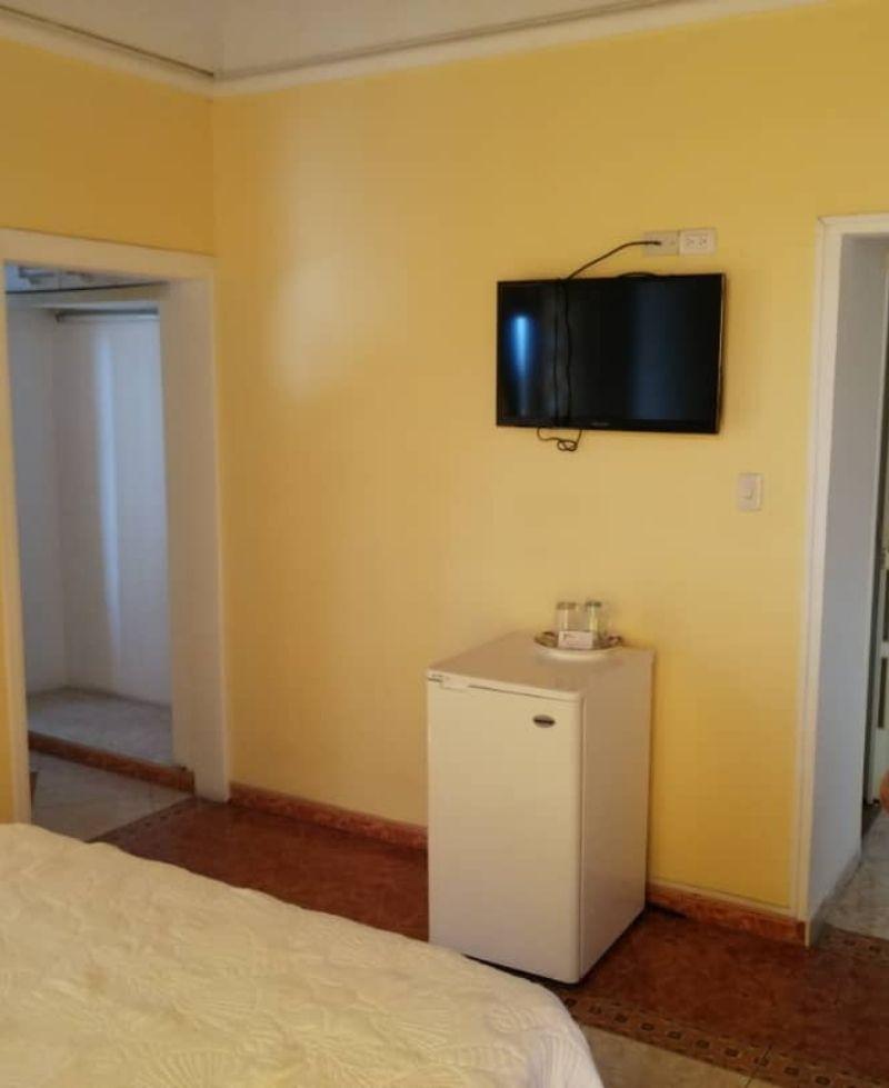 habitacion con television pantalla plana y nevera ejecutiva