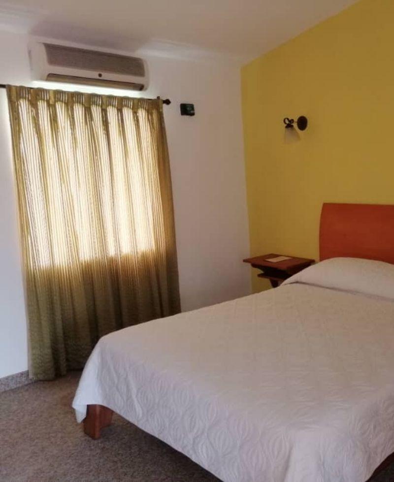 habitación cómoda con cama matrimonial neblina