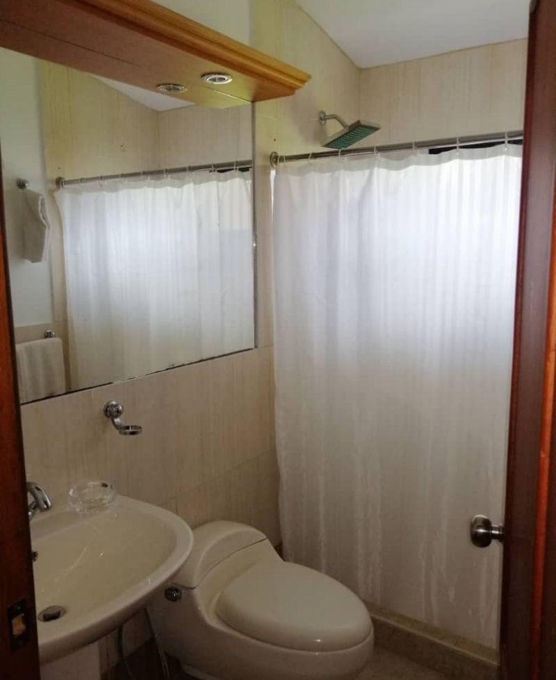 baño de cuarto matrimonial neblina
