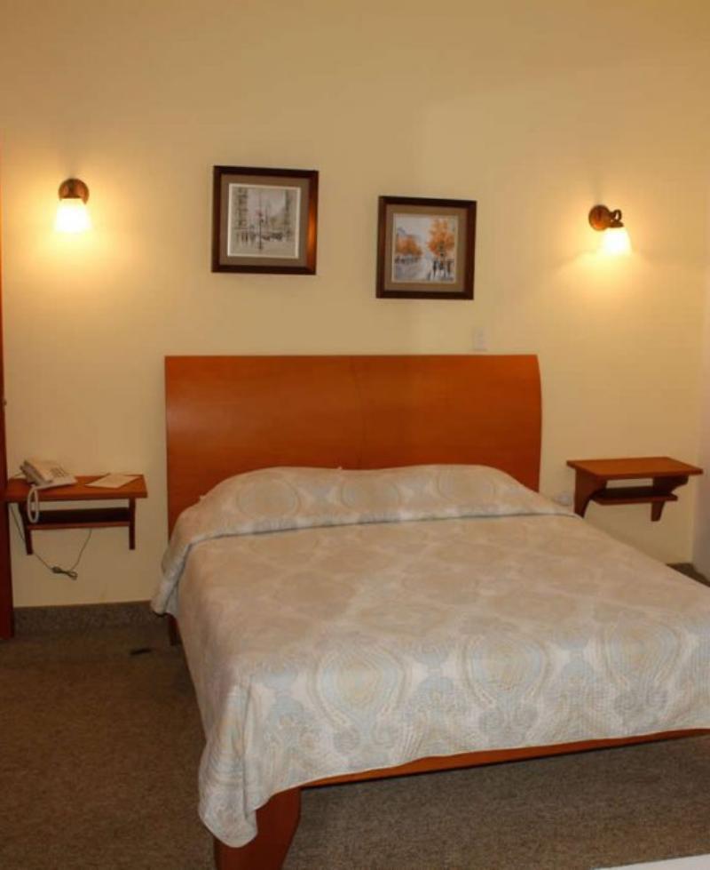 habitación con suelo alfombrado