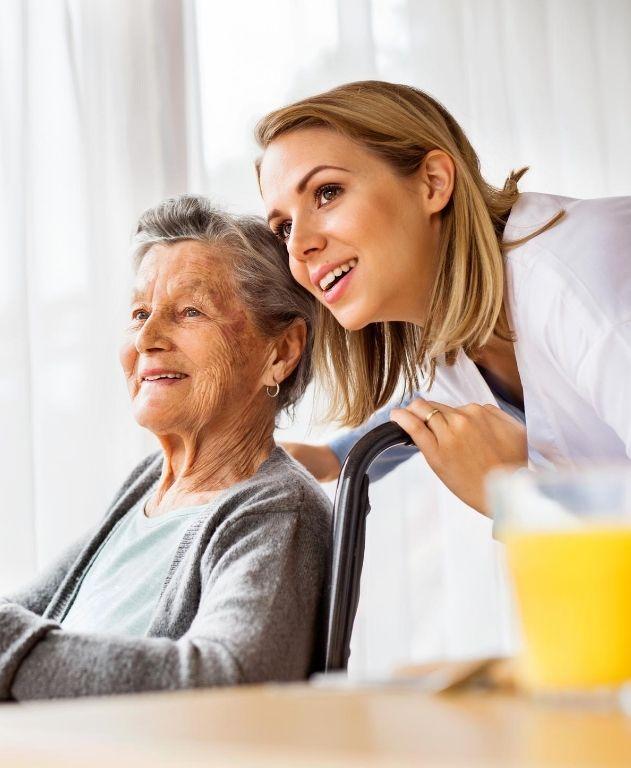 consulta médica a adulto mayor en silla de ruedas
