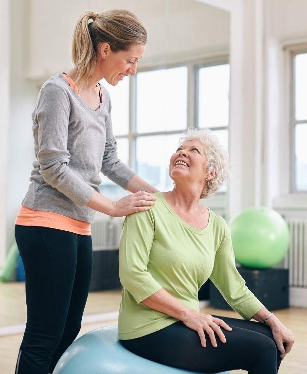 adulto mayor haciendo yoga