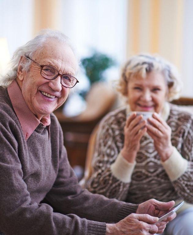 pareja de abuelos felices pasando el tiempo juntos