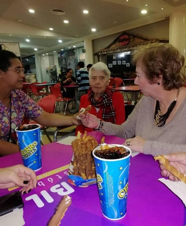 adulto mayor comiendo en centro comercial