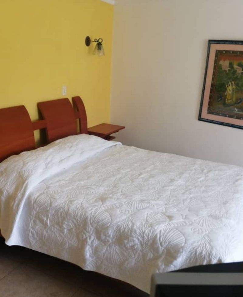 habitación decorada con cama matrimonial en San Cristóbal