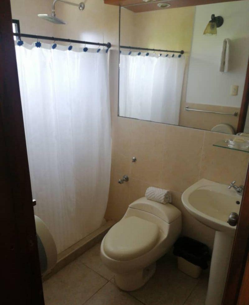baño con agua caliente en habitación andy