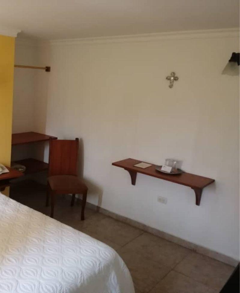 amplia habitación blanca con closet