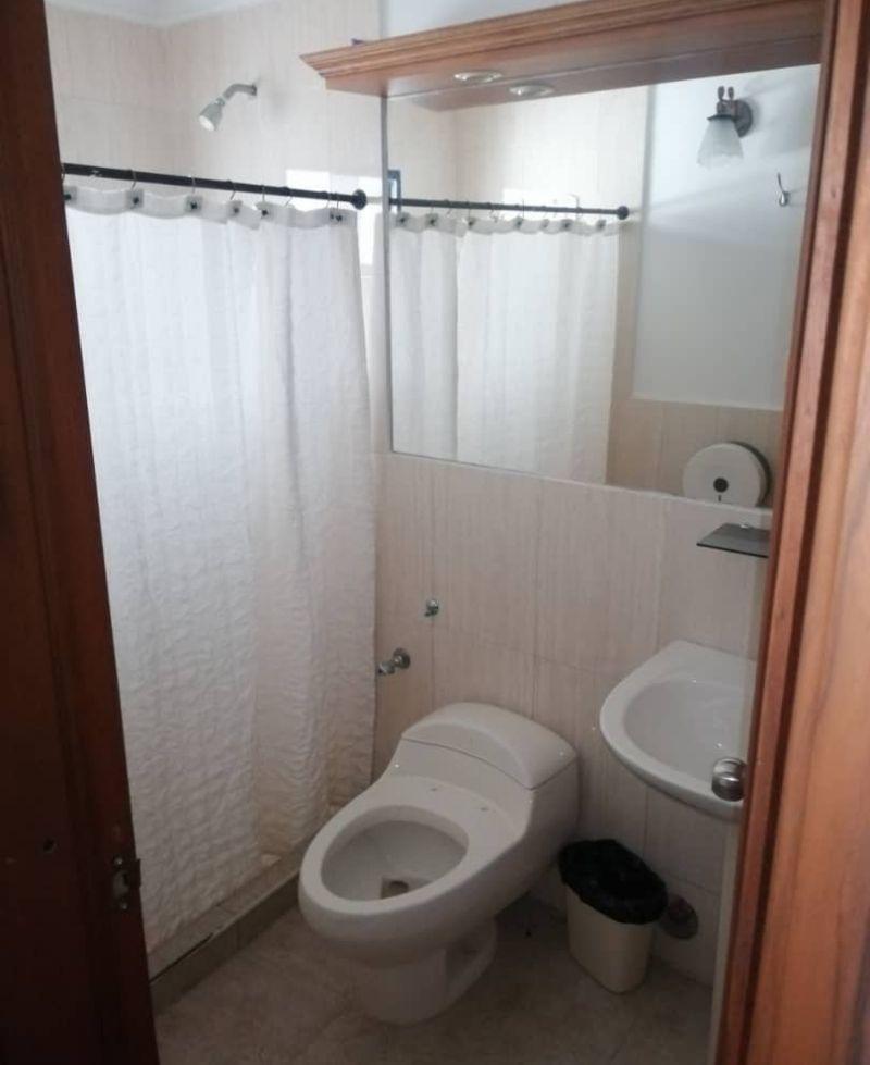 baño con esplendido lavabo con gran espejo. paula